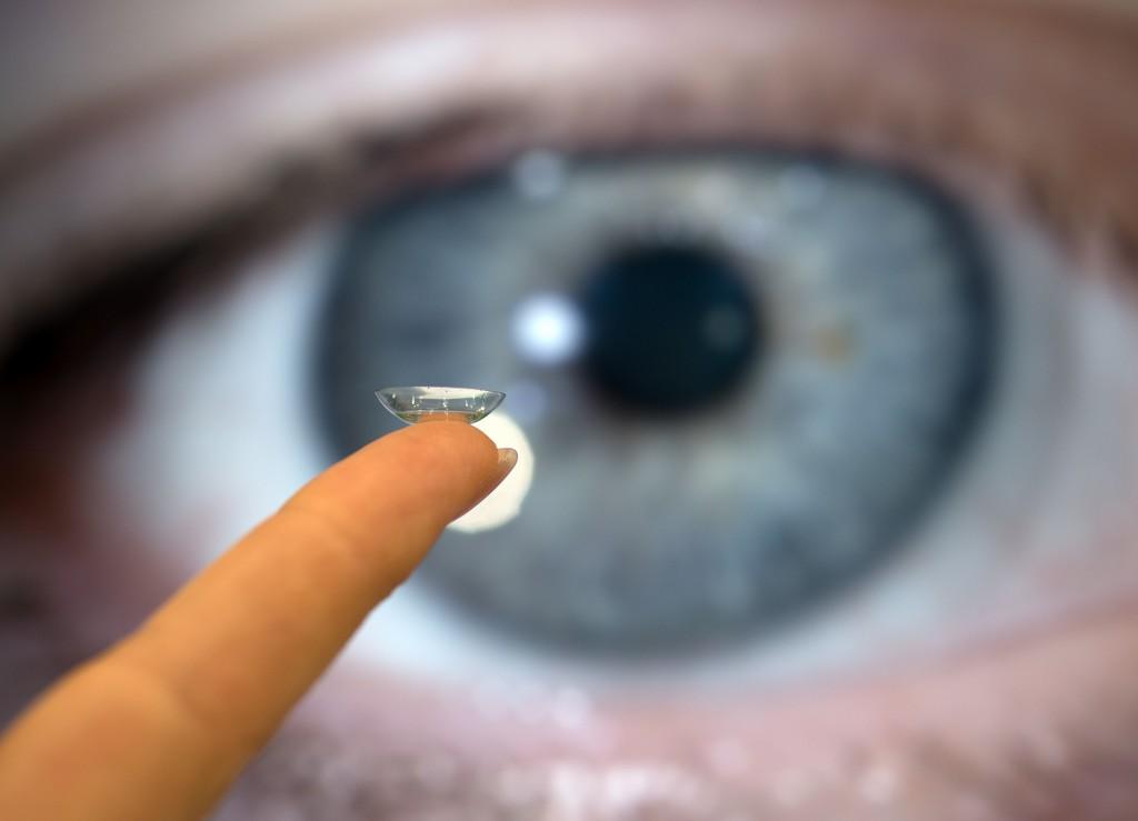 Kontaktlinsen vor Auge